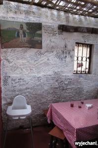 wystrój bardzo prosty, wdzięczni klienci pozostawiają napisy na ścianach, ciekawy klimat