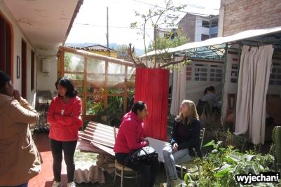 Fair School - szczęśliwcy mają zajęcia w namiocie a inni przy kaktusie