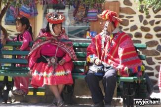 15 Ollantaytambo - rodzina na placu