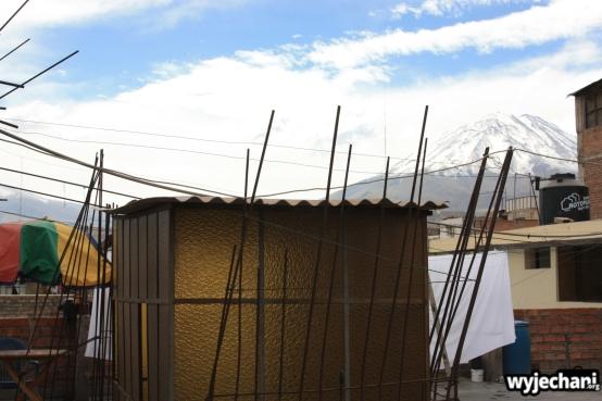 El Alamo hostal - a na dachu/tarasie takie pręciki, tradycyjny styl wykończenia peruwiańskich budynków