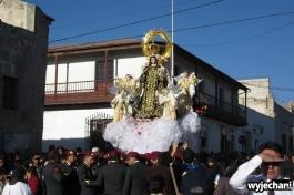 Mundurowi, orkiestra wojskowa - wszystko z najwyższymi honorami, a za procesją... zwyczajny korek uliczny