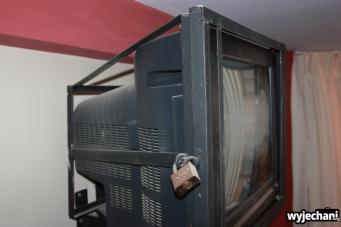 05 telewizor w pokoju zamkniety na klodke