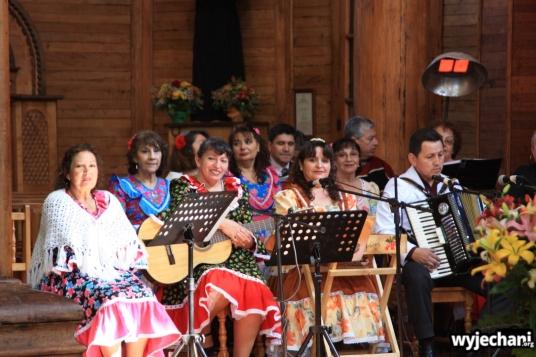 13 Chiloe - grupa folklorystyczna podczas mszy